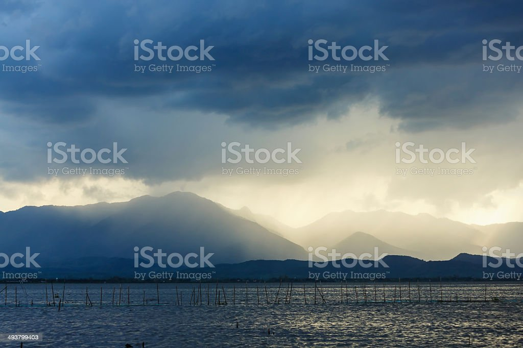 Große Wolken mit Regen über Phayao lake Lizenzfreies stock-foto