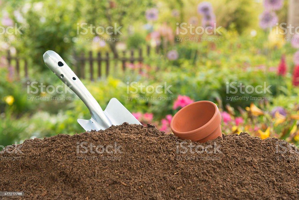 Humus soil - Hand Shovel -Leerer clay pot stock photo