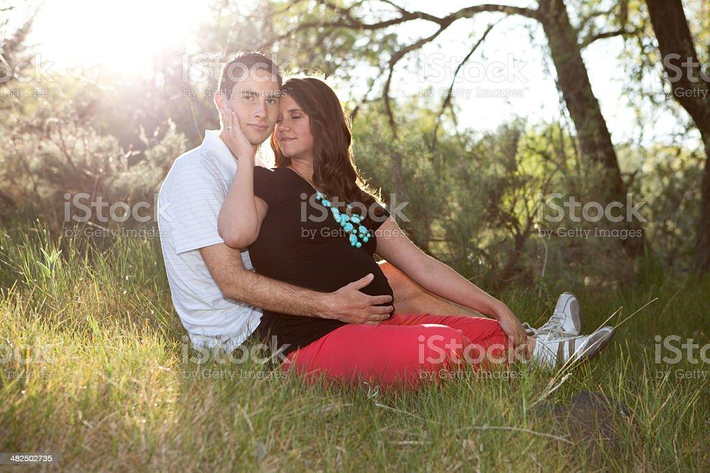 Mann und schwangere Frau im Freien – Foto