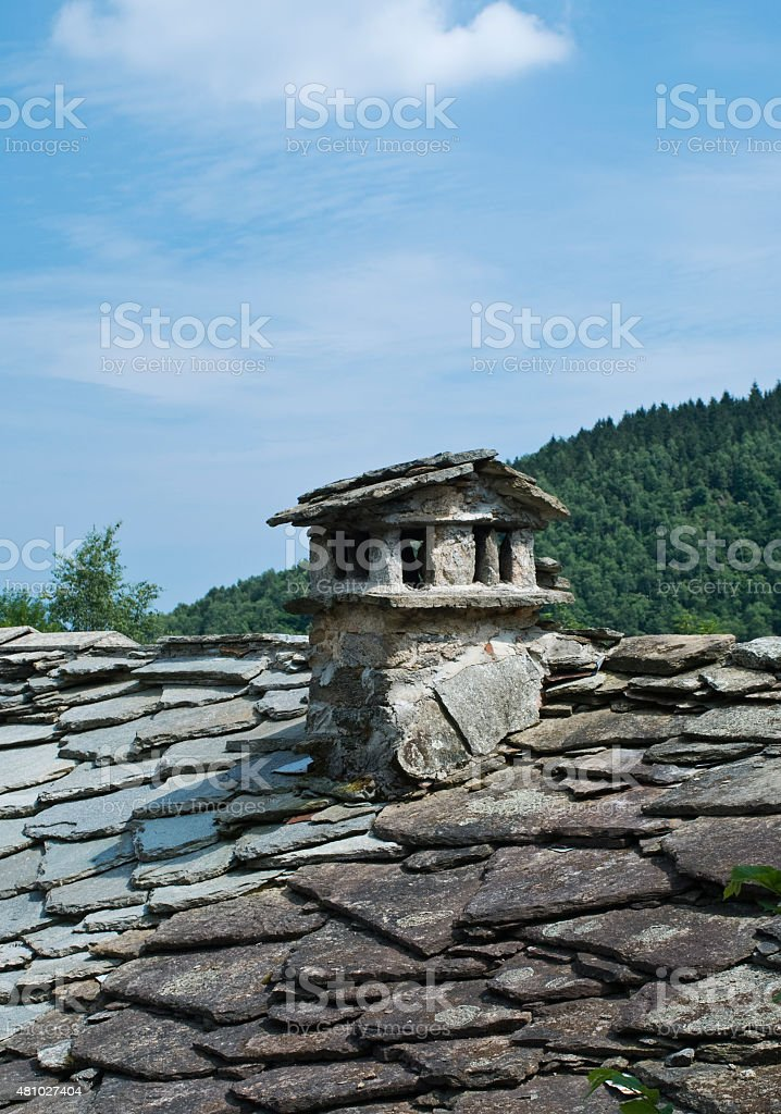 il camino sul tetto stock photo