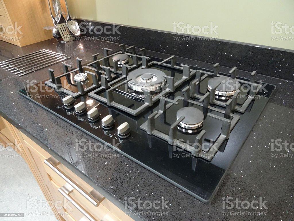 imagen de la moderna cocina con encimera de granito negro hob para cocinas de gas
