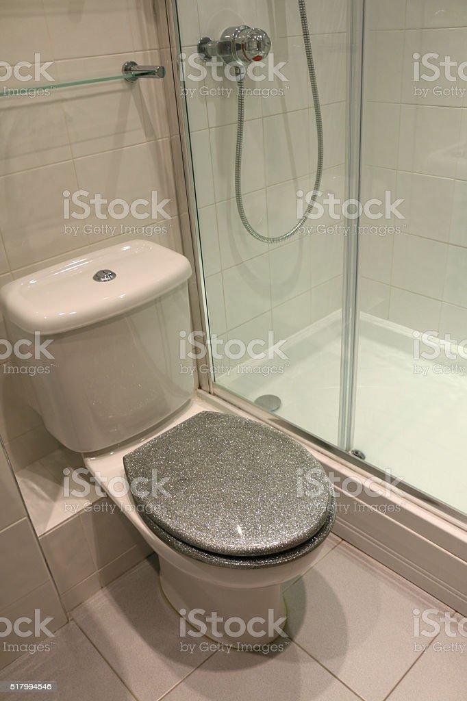 Bild Des Modernen Weiß Geflieste Badezimmer Eine Duschkabine Eine ... Geflieste Badezimmer