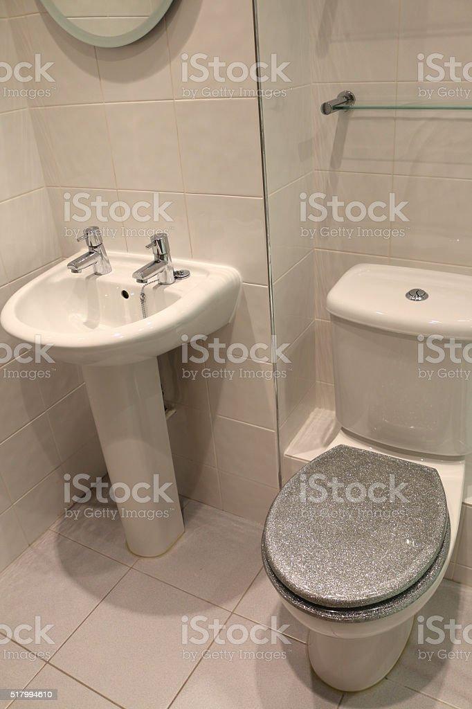 Bild Der Sockel Waschbecken Und Toilette Im Modernen Weiß ... Geflieste Badezimmer