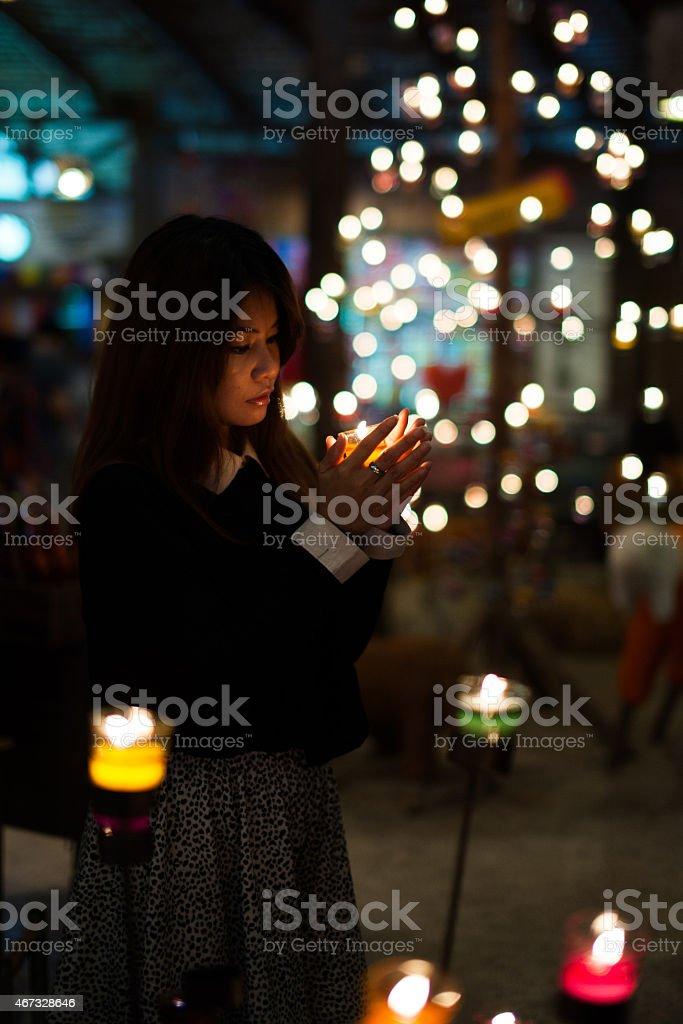 À la lumière des bougies photo libre de droits