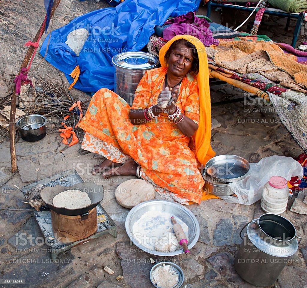 Indian femme préparer un repas sur la rue photo libre de droits