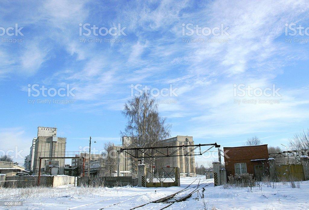 Industrial paysage avec ciel bleu et nuages blancs photo libre de droits