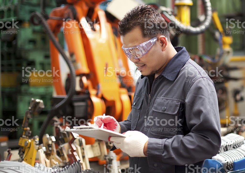 Industrietechnik in Fabrik Lizenzfreies stock-foto