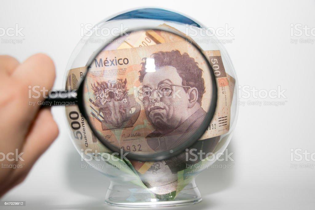 Inspeccionando el dinero stock photo