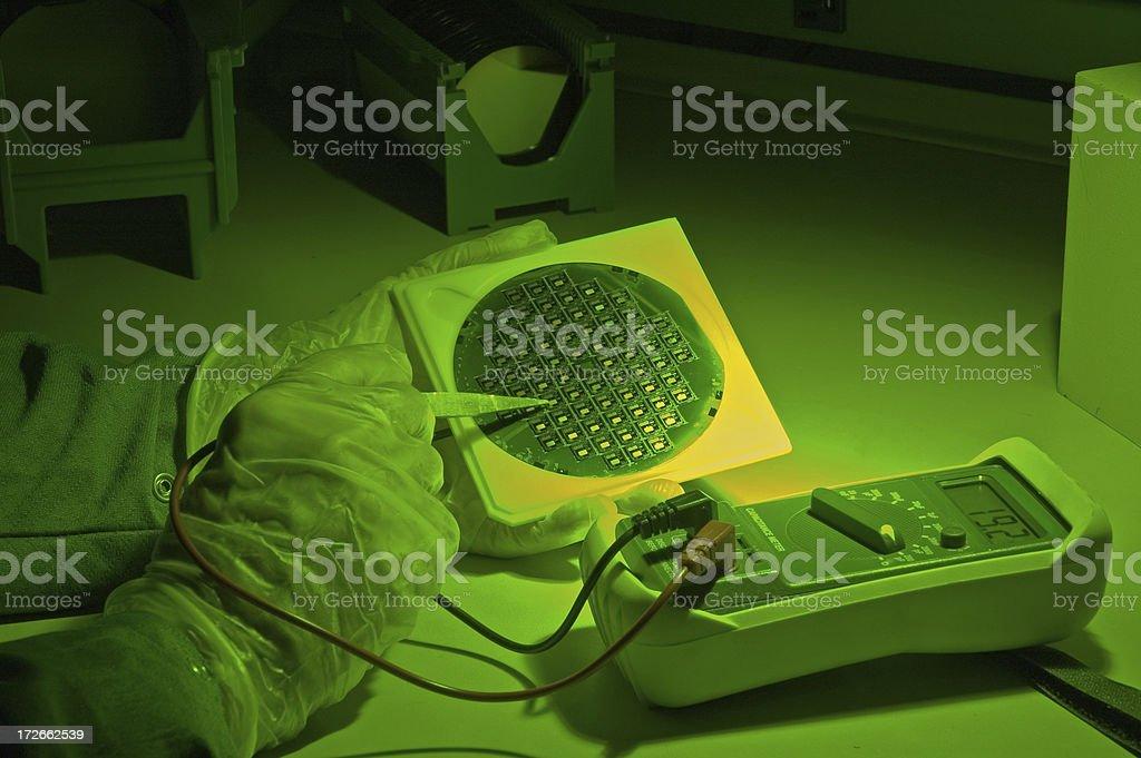 Ispezionare una sotto luce verde Wafer di silicio foto stock royalty-free