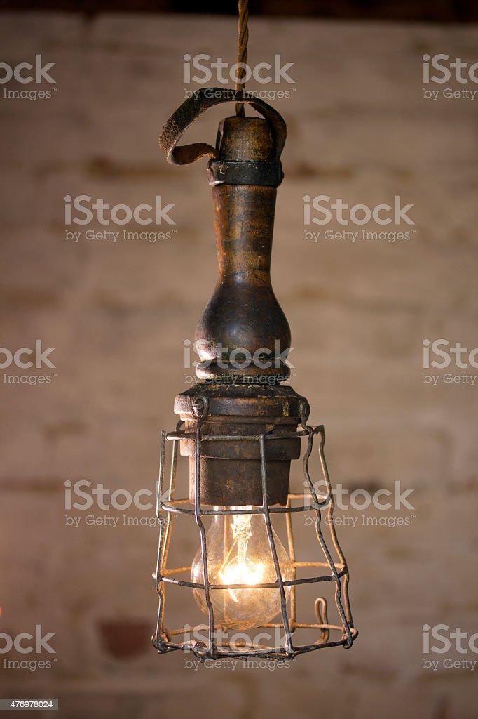Inspection lampe avec fond de briques photo libre de droits
