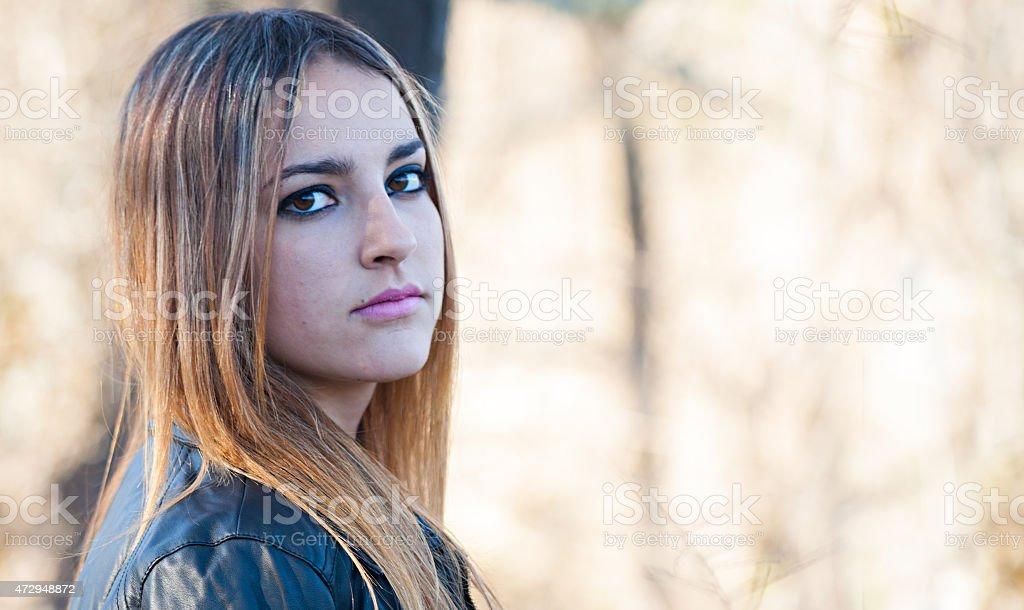 Olhar intenso de uma bela teen foto royalty-free