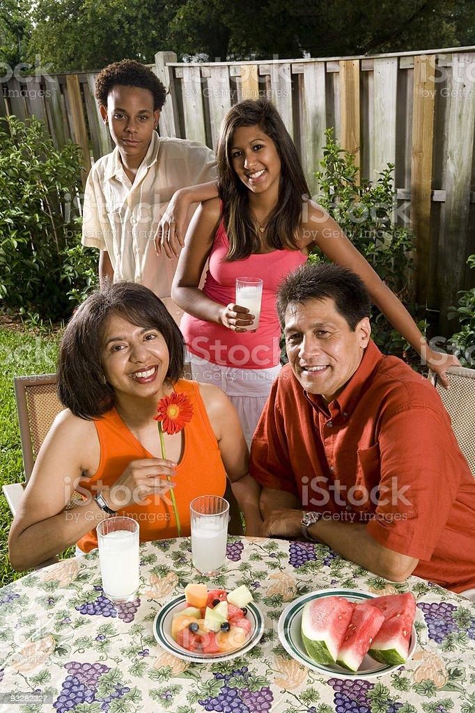 Interracial familia en el jardín foto de stock libre de derechos