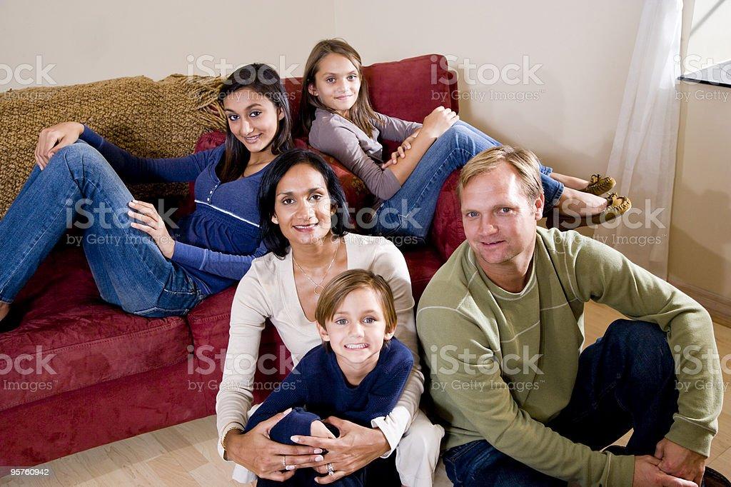 Interracial familia de cinco relajante en casa foto de stock libre de derechos