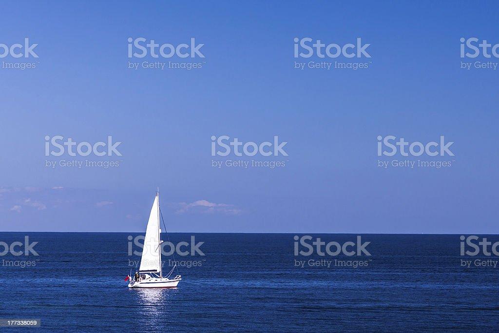 Isolé Yacht dans le bleu de la mer photo libre de droits