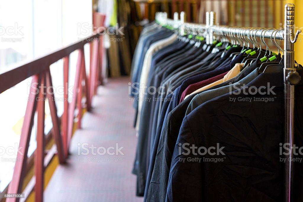 Vestes, maillots et t-shirts suspendue sur le tarif affiché photo libre de droits