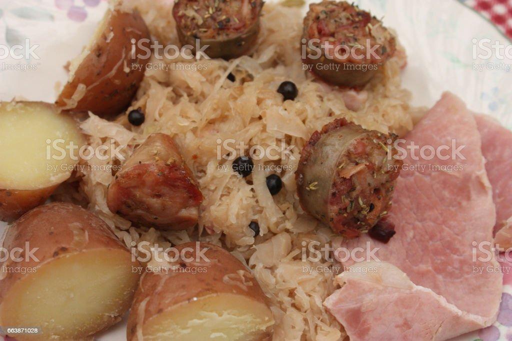 Jambon andouillette pomme de terre sur lit de choucroute stock photo