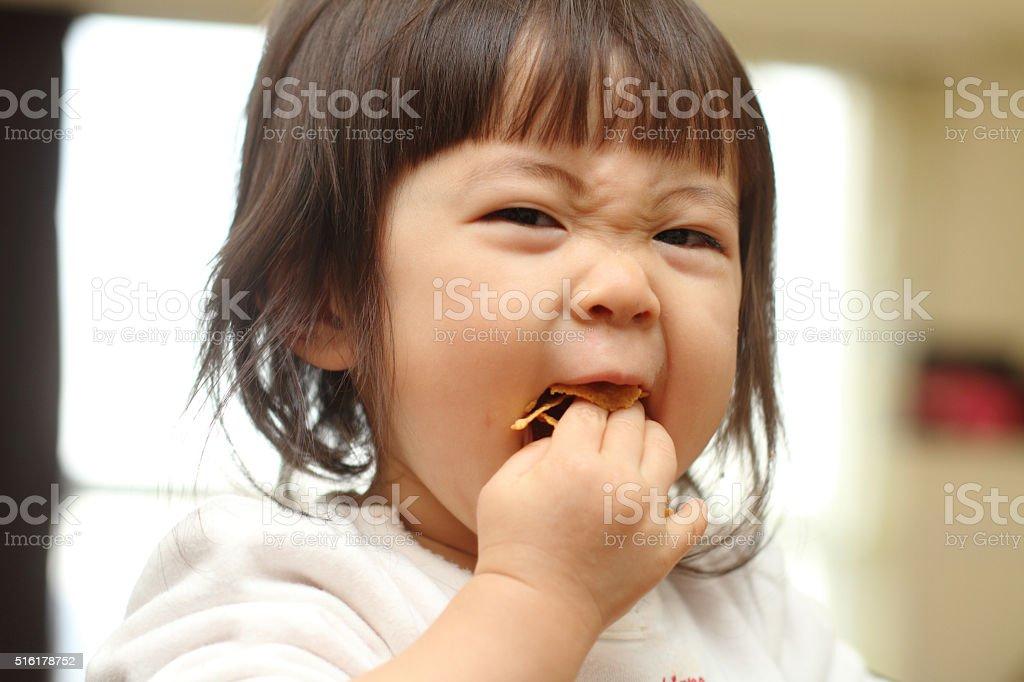 Японский ребенок ест