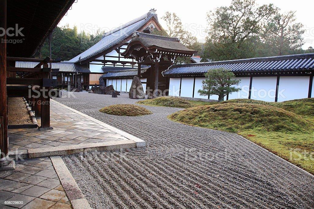 京都の東福寺の方丈南庭と唐門