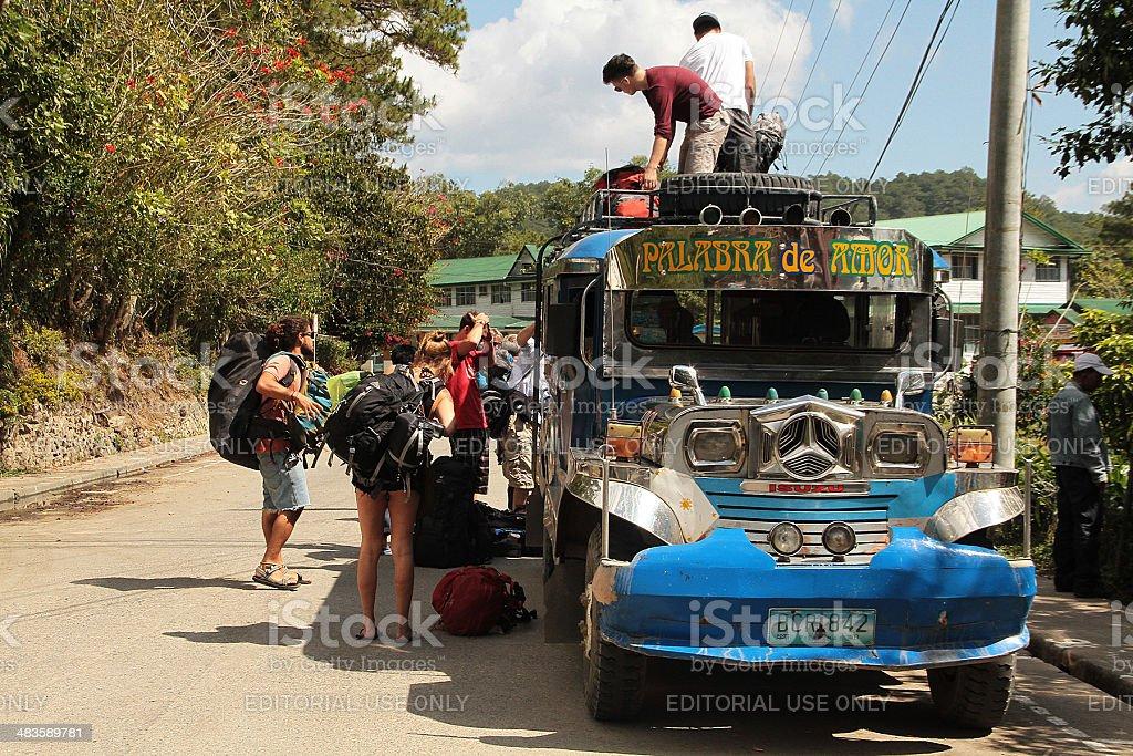 Jeepney of Foreign i passeggeri che arrivano in Batad di Banaue foto stock royalty-free