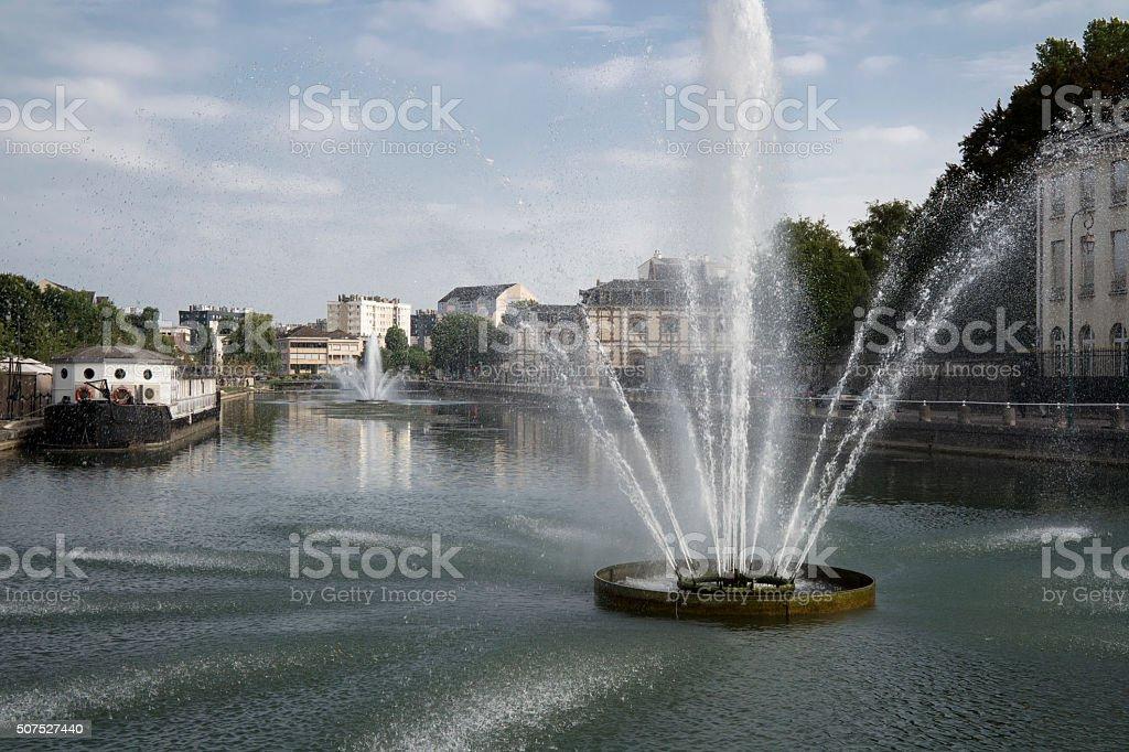 Jet d'eau dans la ville de Troyes stock photo