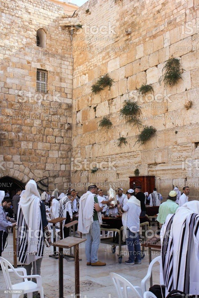 jews praying at the wailing wall, jerusalem stock photo