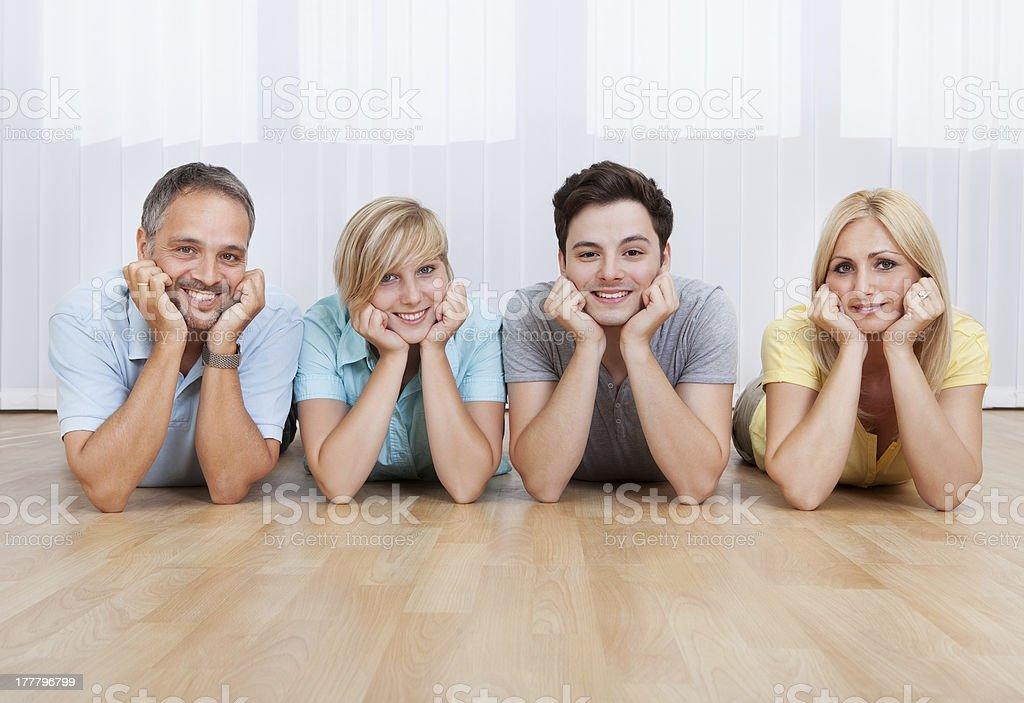 Familia alegre con cabezales juntos - foto de stock