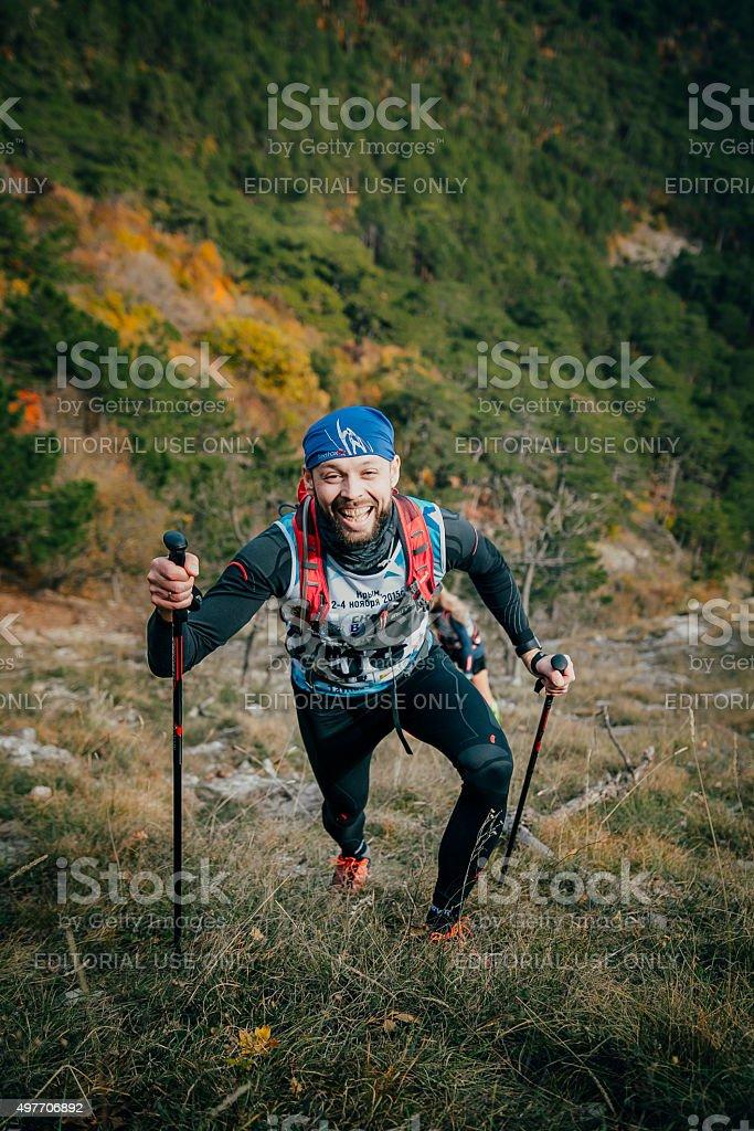 joyful 젊은 선수 등반을 산, 노르딕 산책용 장대 royalty-free 스톡 사진