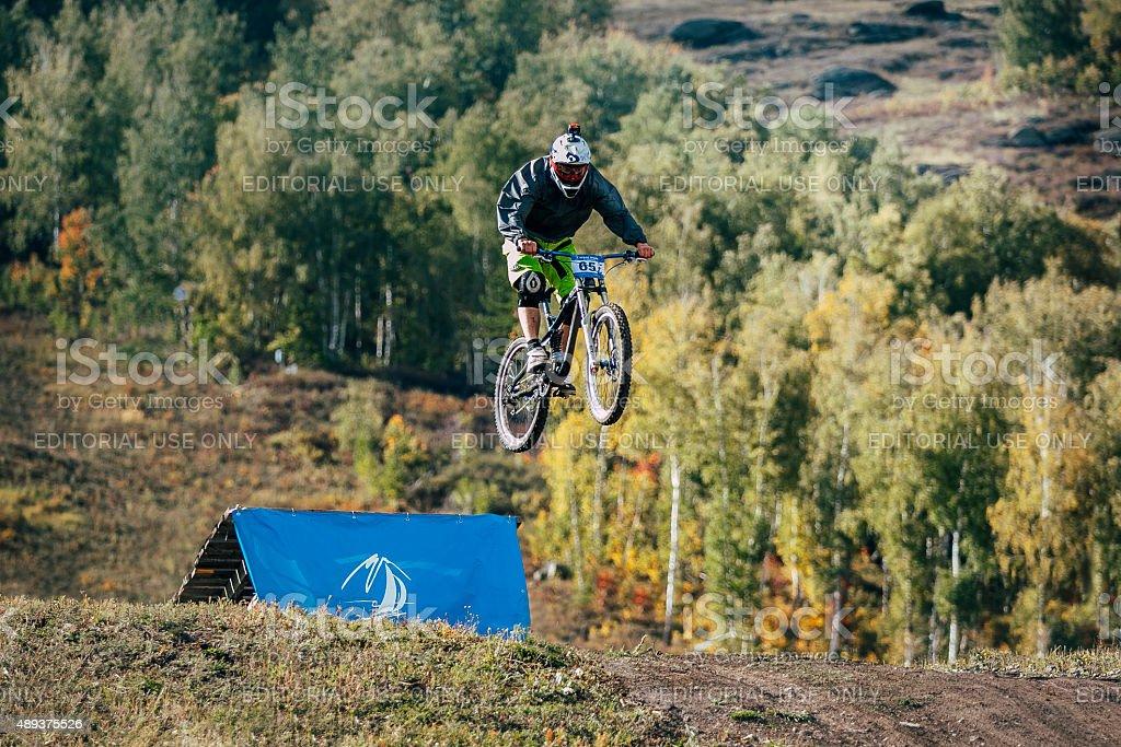 점프 스키복 레이서 따라 산악 자전거를 보트 경주 royalty-free 스톡 사진