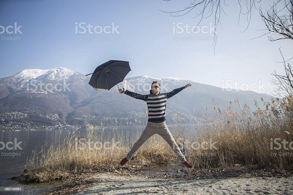 Jumping Mann mit Schirm – Foto