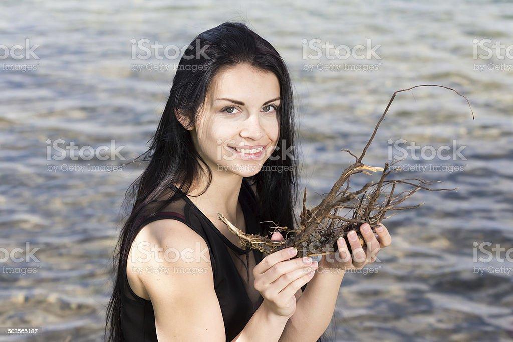 Junge attraktive Frau mit Treibholz stock photo