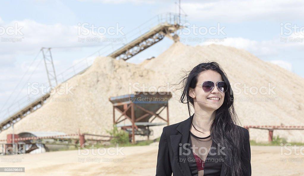 Junge Businessfrau vor F?rderstaette stock photo