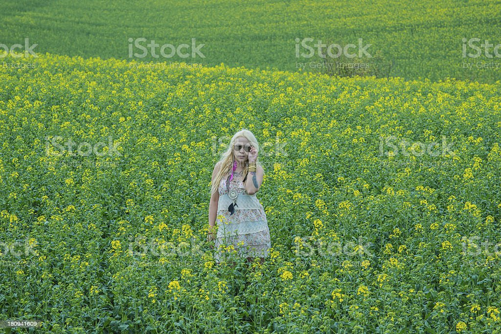 Junge Dame im Rapsfeld royalty-free stock photo