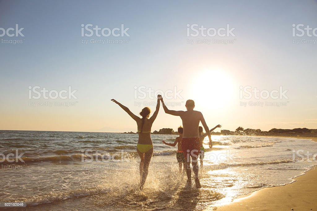 Junge Familie am Strand stock photo