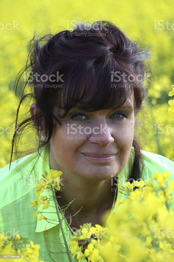 junge Frau im Rapsfeld stock photo