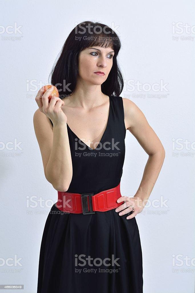 Junge Frau mit einem roten Apfle stock photo