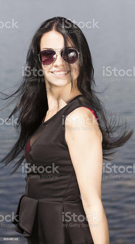 Junge Selbstbewusste Frau am Wasser stock photo