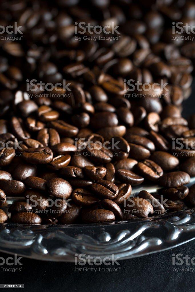 Kaffeebohnen auf einem Tablett stock photo
