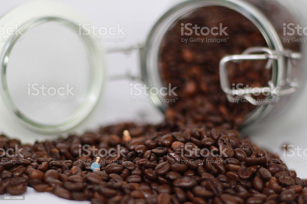 Kaffeebohnen mit Modellfiguren stock photo