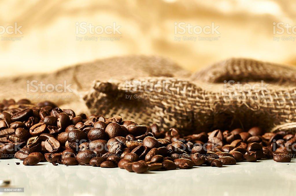 Kaffeebohnen mit Säckchen stock photo
