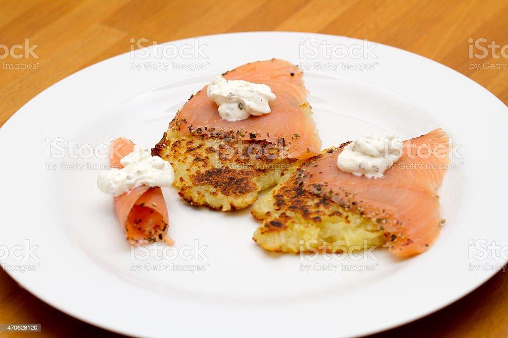 Kartoffelpuffer mit Lachs stock photo