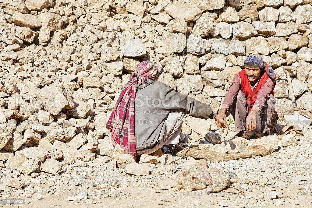 Kashmiri rock carriers taking chat break stock photo