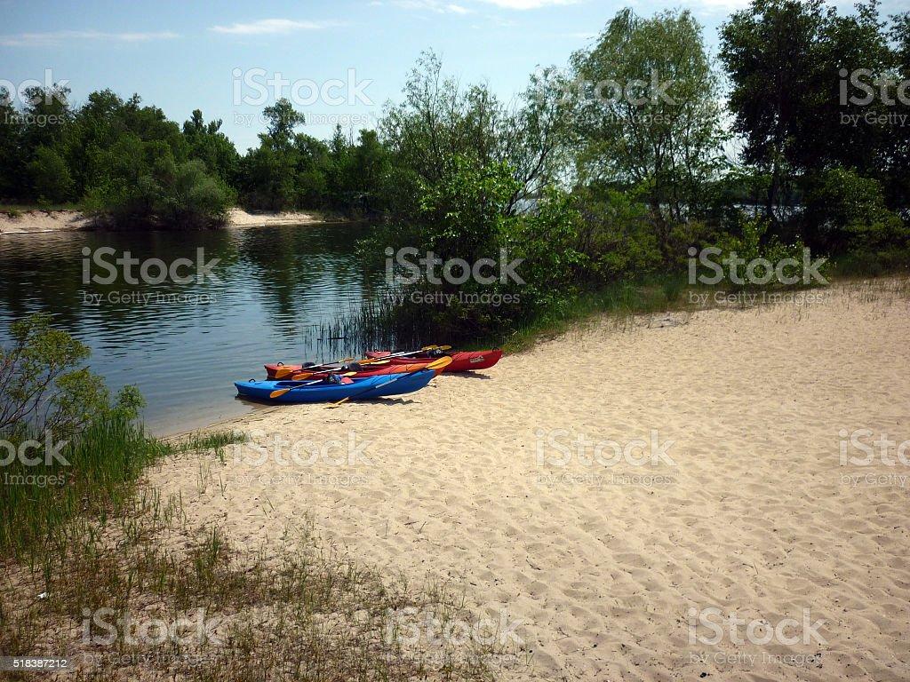 Kayaks en la orilla del río. foto de stock libre de derechos