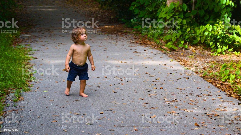 Kind zu Fuß auf eine schöne und exotische park. Lizenzfreies stock-foto