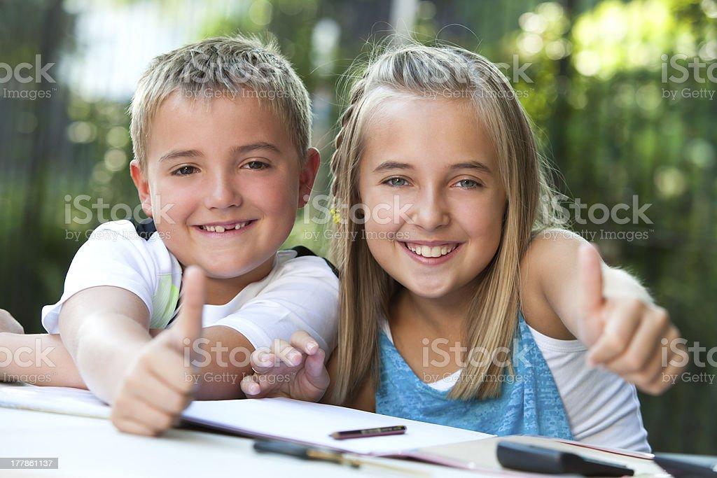 Enfants faisant thumbs up au bureau pour travailler. photo libre de droits