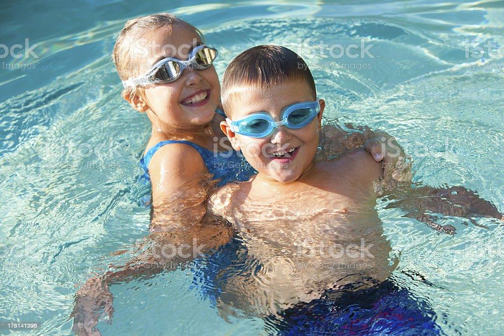 Les enfants s'amuser dans la piscine. photo libre de droits