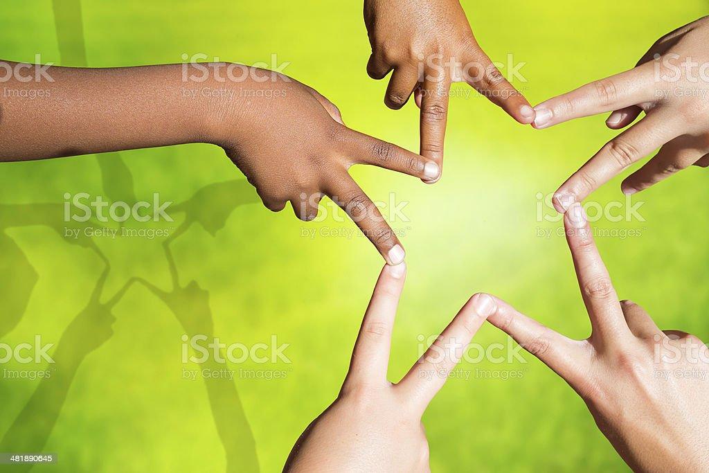 Enfants rejoindre les doigts formant une star. photo libre de droits