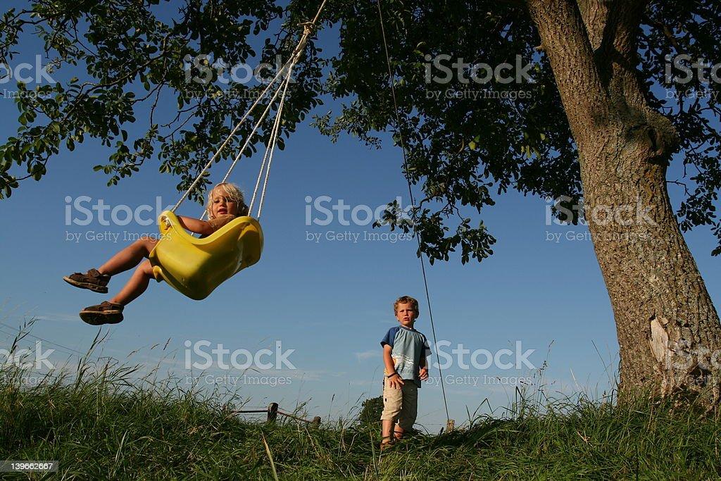 Niños en una hamaca bajo una walnuttree foto de stock libre de derechos