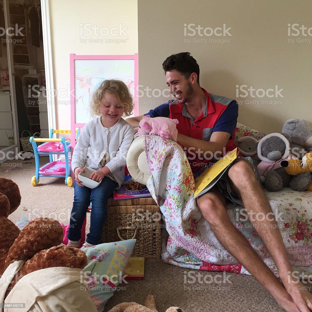 tiempo de juegos para nios en casa foto de stock libre de derechos