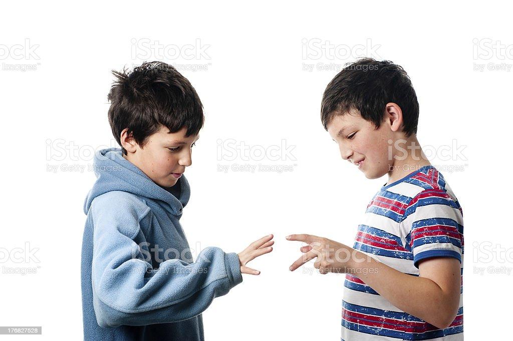 Niños jugando papel o tijera rock foto de stock libre de derechos