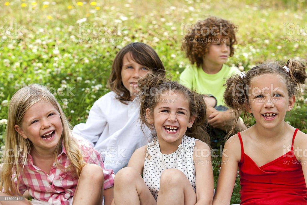 Enfants assis ensemble dans le champ. photo libre de droits